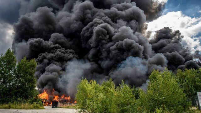 Zatrzymany po potężnym pożarze odpadów miał wcześniej zarzuty za ich nielegalne składowanie