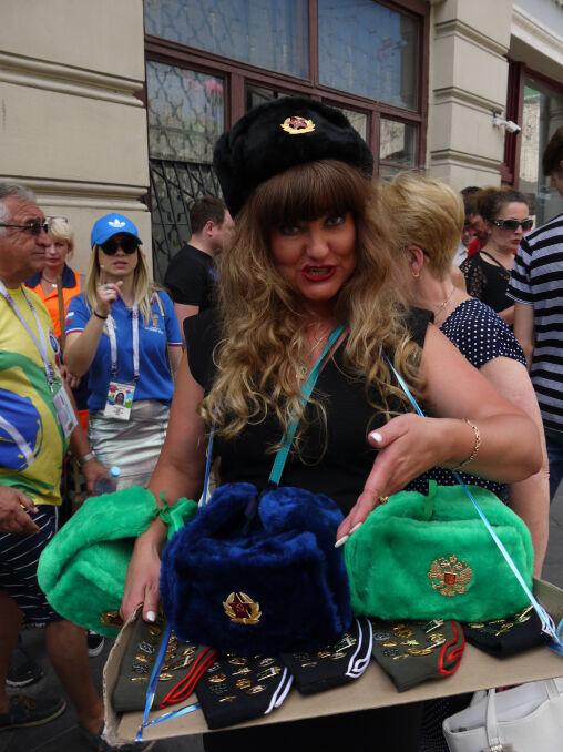 Rosjanka sprzedająca gadżety na Nikolskiej