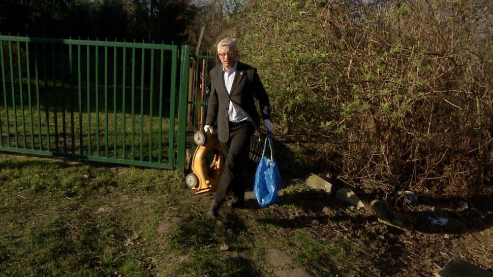 W garniturze, białych rękawiczkach i z torbą. Jaśkowiak sprzątał śmieci nad Wartą