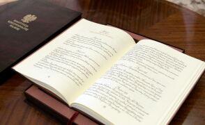 Ręcznie kaligrafowana konstytucja. To na nią będzie przysięgać Andrzej Duda
