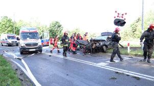 Samochód uderzył w tył pociągu. Dwóch mężczyzn zostało rannych