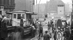 Usunięcie starej amerykańskiej kontrolni w Checkpoint Charlie