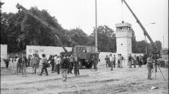 Oczyszczanie murów na polnej drodze i demontaż strażnicy