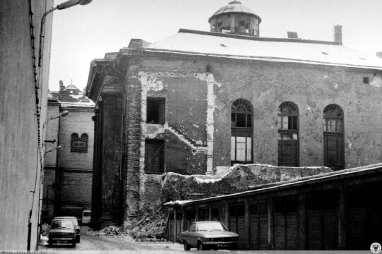 Zniszczona elewacja synagogi