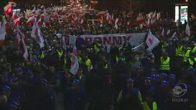 Protestujący przemaszerowali pod KPRM (TVN24)