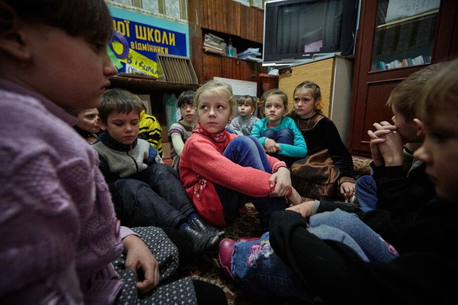 13 lutego 2017, Ukraina. Uczniowie chronią się w szkole podczas ostrzału w Toretcku koło Doniecka
