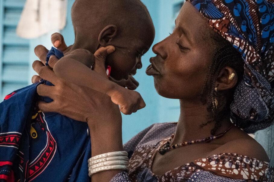 12 sierpnia 2017, Mali. Matka z chorym dwuletnim dzieckiem w szpitalu