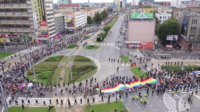 Tęczowe flagi w Szczecinie. Przez miasto przeszedł drugi Marsz Równości