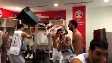 Latający kubeł, jeżdżący telewizor. Szalona radość Argentyńczyków po wygranej