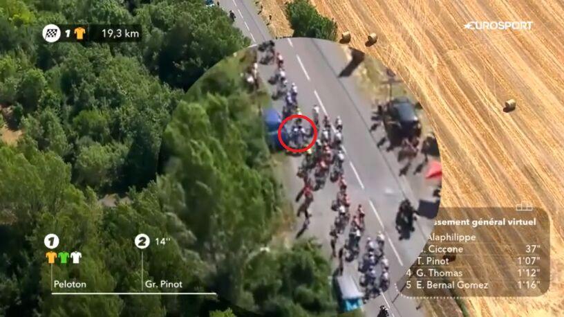 Nieszczęśliwy wypadek na Tour de France. W ułamku sekundy wylądował między kibicami