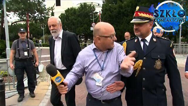 Funkcjonariusz odpychał reportera. Rok temu interweniował wobec protestujących w Sejmie