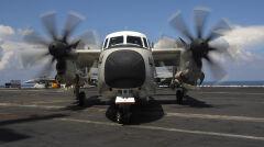 Amerykański samolot C-2 Greyhound na pokładzie lotniskowca USS Theodore Roosevelt