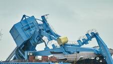 Dźwig przewrócił się na budowany statek