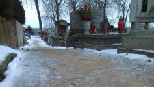 Kości na cmentarnych alejkach