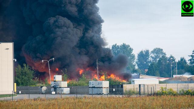 Płonęła sortownia odpadów, zawaliła się hala. Strażacy opanowali ogień