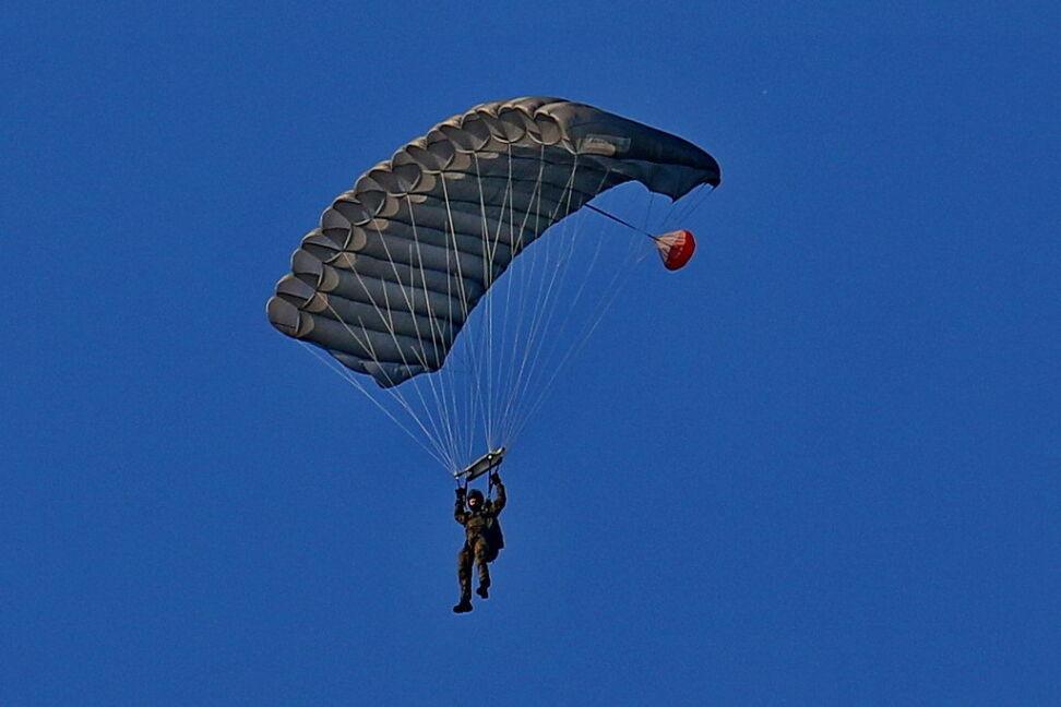 Jeden z żołnierzy szkolący się w skokach spadochronowych