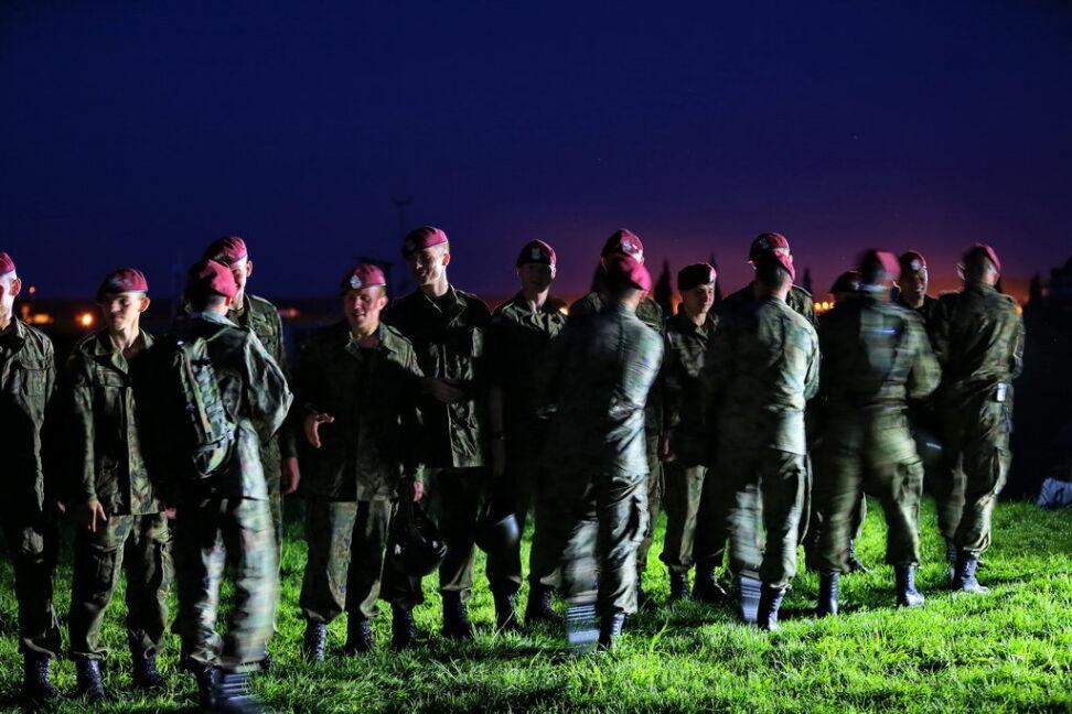 Żołnierze po oddanych skokach