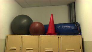 Sąd przesłuchał dwóch chłopców i aresztował ich trenera sztuk walki. Dwa zarzuty