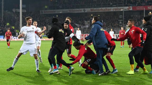 Skandaliczny incydent w Bundeslidze. Piłkarz staranował trenera rywali
