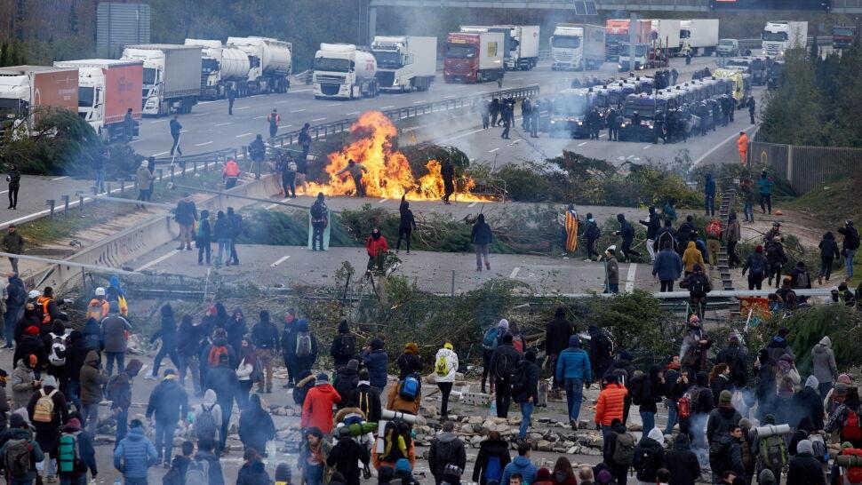 Gaz łzawiący i gumowe pociski. Policja usuwa separatystów blokujących autostradę