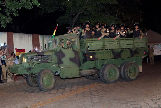 Boliwijskie wojsko patroluje ulice Santa Cruz