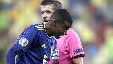 Obrażany piłkarz prosił sędziego, by nie przerywał meczu.