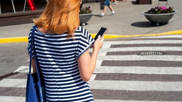 Telefony zakazane na przejściach dla pieszych