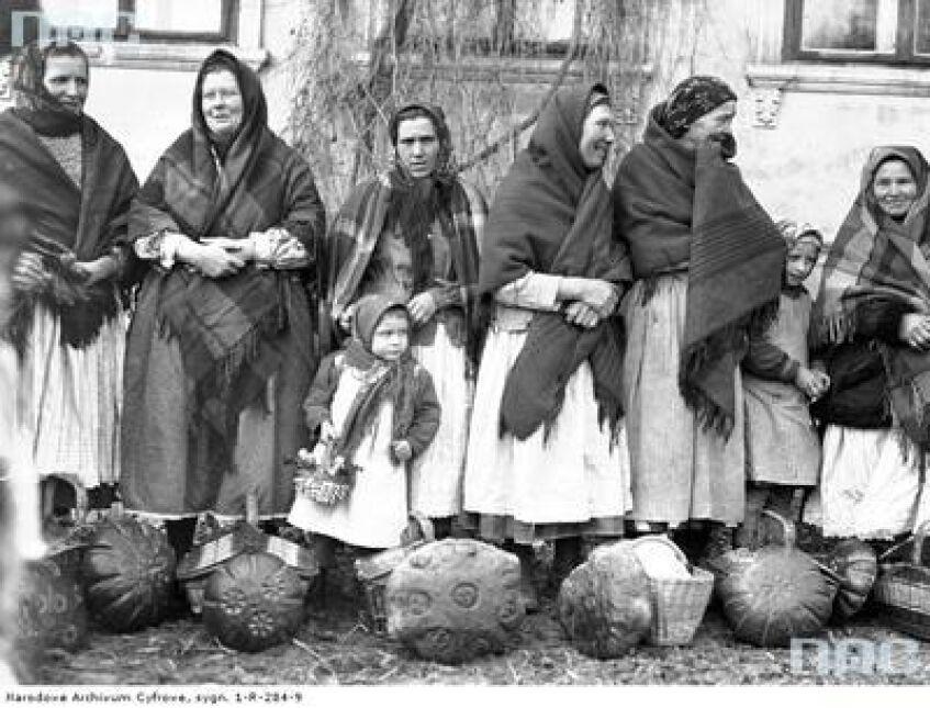 Grupa kobiet z dziećmi z koszami ze święconką przed dworem w Tomaszowicach