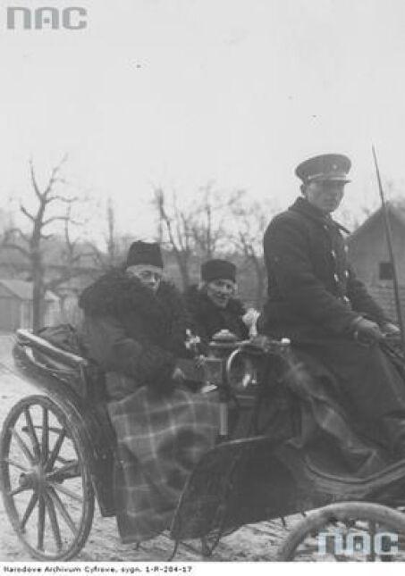 Ksiądz i kościelny podczas odjazdu po zakończeniu święcenia pokarmów w Tomaszowicach