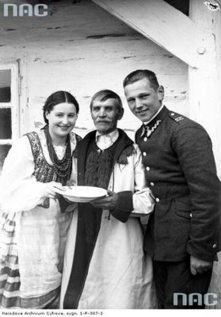 Członkowie rodziny podczas dzielenia się jajkiem w Bronowicach