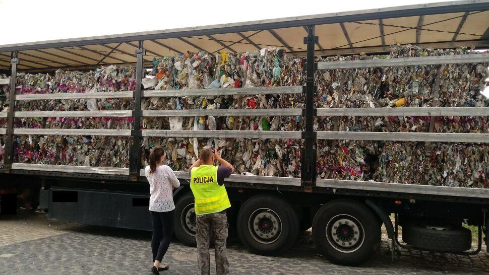 Miał być plastik, były odpady komunalne. Jechały na nielegalne składowisko