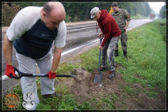 Ekipa wydobywa cysternę