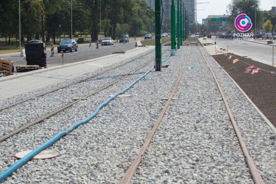 Świeżo wyremontowane torowisko tramwajowe na ulicy Matyi