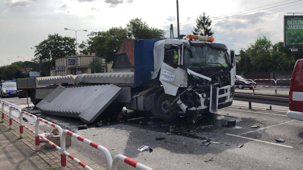 Zderzyły się dwie ciężarówki. Z jednej na drogę wypadły betonowe schody