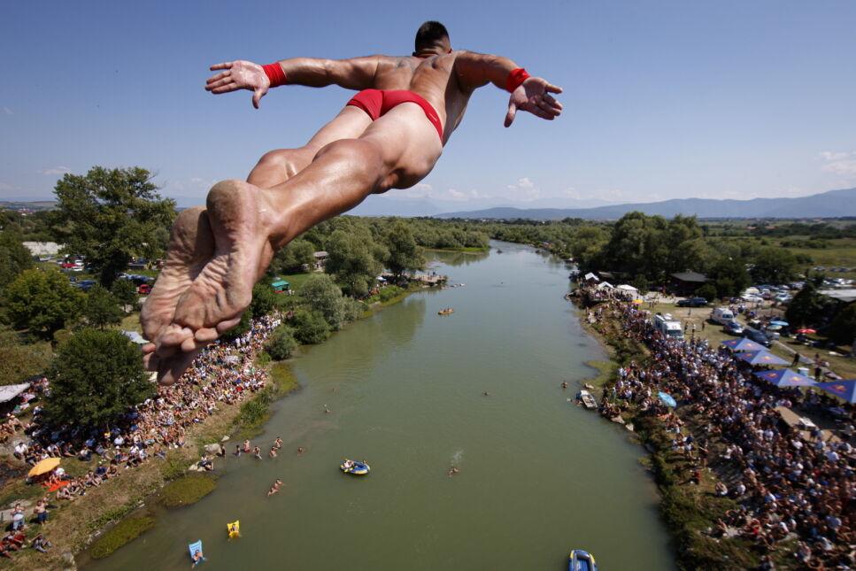Zawody skoków z wysokości w pobliżu miasta Djakowica, Kosowo