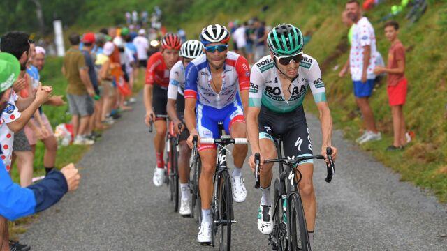 Atak z drugiego szeregu na podium Tour de France