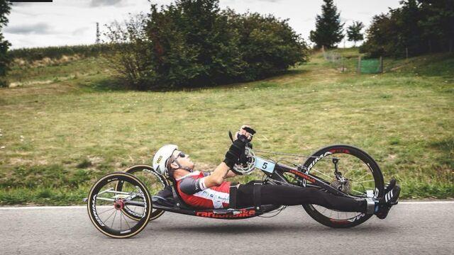 """""""Zepchnął niepełnosprawnego sportowca do rowu"""". Kierowca oskarżony"""