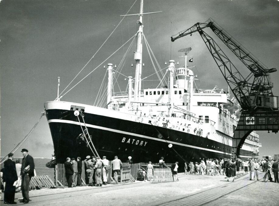 Batory przy nabrzeżu francuskim w Gdyni, obok Dworca Morskiego. Było to główne miejsce postoju polskich transatlantyków. Obecnie cumują tam wycieczkowce i większe okręty wojenne wizytujące Gdynię. W Dworcu Morskim powstało Muzeum Emigracji