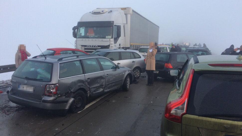 Śledztwo prokuratury po karambolu na Dolnym Śląsku. Zderzyło się 25 aut, 5 osób jest rannych