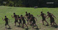 Specjalny układ taneczny wykonany podczas ceremonii zapalenia znicza w Olimpii