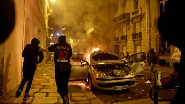 Spłonęły samochody, zdewastowano sklepy. Paryż nie pogodził się z porażką
