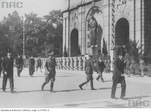 Prezydent RP Ignacy Mościcki przed pomnikiem w 1933r.