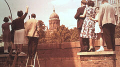 Berlin ok. 1962 roku, odwiedzający przy murze granicznym