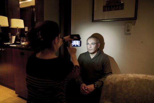 Zdjęcie pojedyncze - II miejsce w kategorii LUDZIE, Bartek Sadowski, Bloomberg News Berlin. Michaił Chodorkowski zaraz po tym, jak został wypuszczony z rosyjskiego łagru, przyjechał do Berlina, by stąd dotrzeć do rodziny w Szwajcarii.