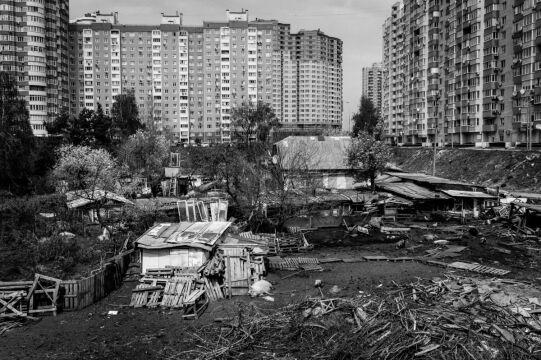 Zdjęcie pojedyncze - II miejsce w kategorii ŚRODOWISKO, Tomasz Lendo Agencja Fotograficzna Reporter Kijów. Podupadłe gospodarstwo wśród nowoczesnych blokowisk w centrum miasta