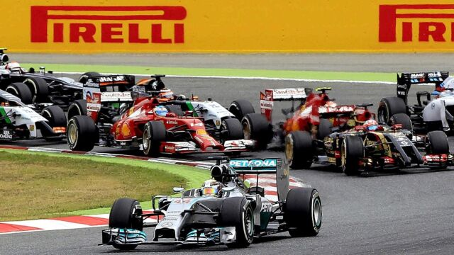 Mercedes z Hamiltonem rządzą Formułą 1, a Red Bull powstaje z kolan