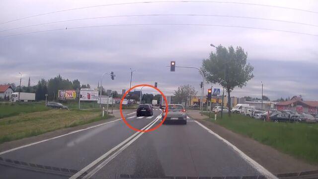 Dojazd do skrzyżowania, czerwone światło. A ten kierowca wyprzedza