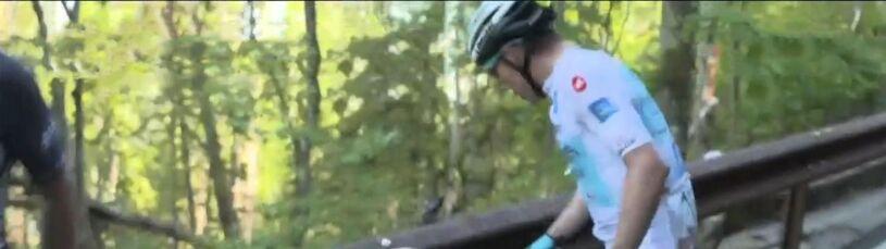 Rękoczyny na trasie Giro. Kolarz rzucił się na kibica