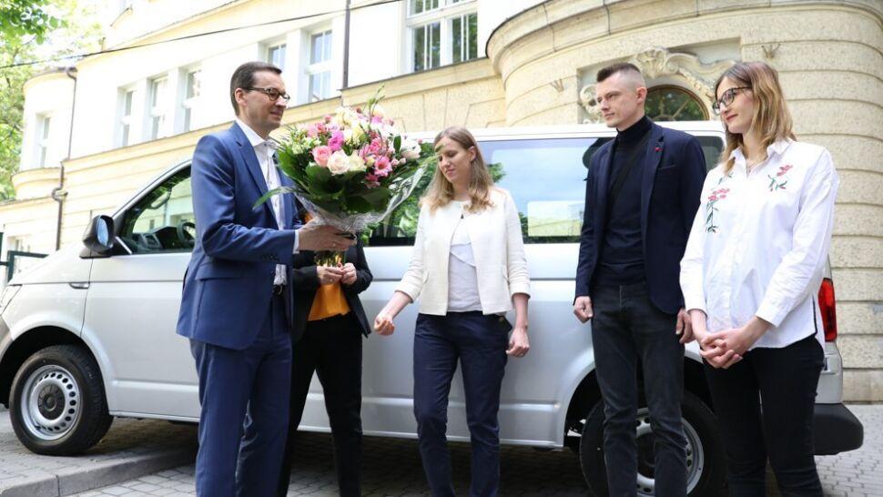Premier przekazał samochód sześcioraczkom z Krakowa