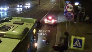 Autobus wjechał na czerwonym. Na pasach potrącił młodą kobietę